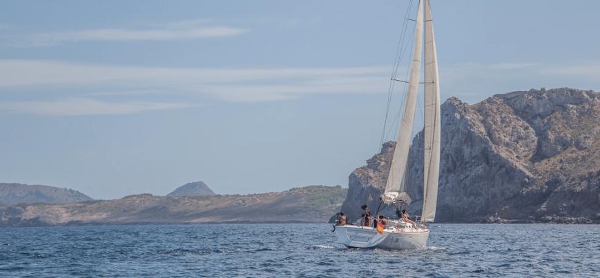 velero surcando las aguas de Mallorca