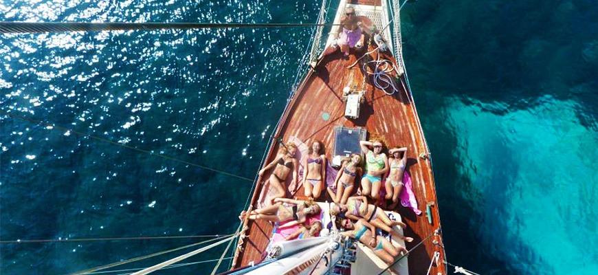 Disfrutar tomando el sol en una excursión en velero